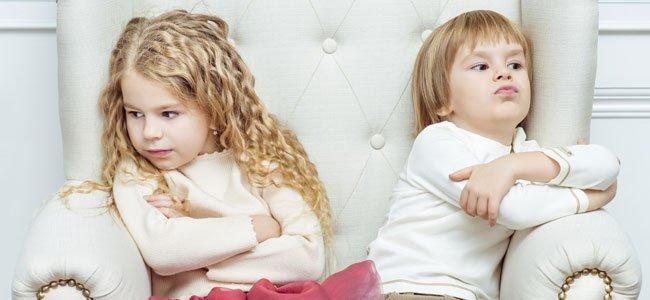 Niños rencorosos en sofá