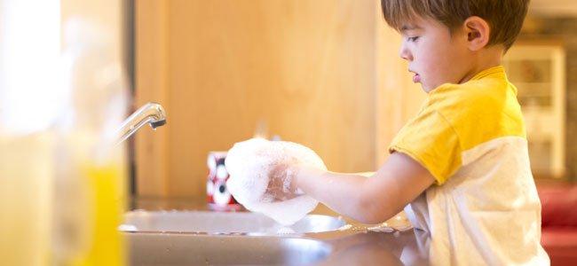Enseñar a los niños a hacer las tareas de casa