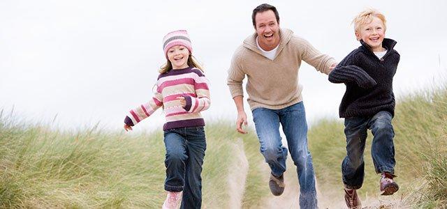 Padre corriendo con sus hijos