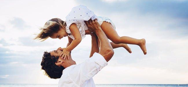 Padre alza a niña