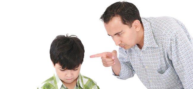 Padre regaña a su hijo