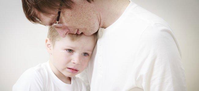 Padre con hijo triste
