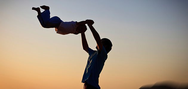 Padre hace volar a su hijo