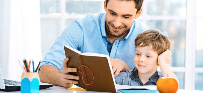 Padre hace deberes con hijo