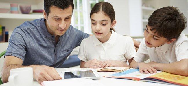 Padre con hijos estudiando