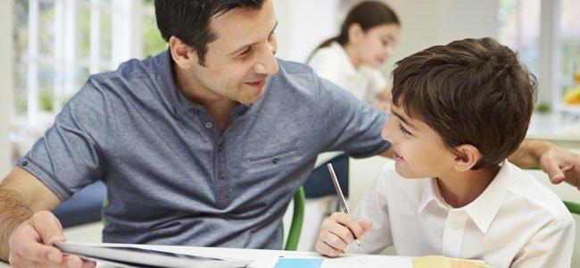 Pare estudia con hijo