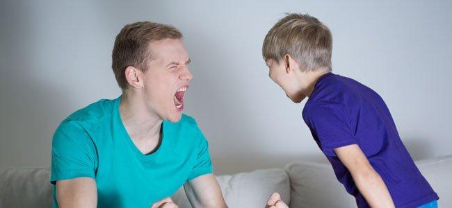 Padre grita a niño