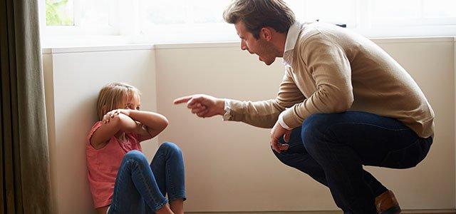 Padre grita a su hija