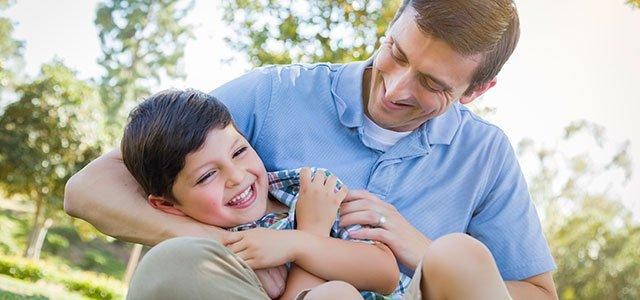 Padre hace cosquillas a su hijo