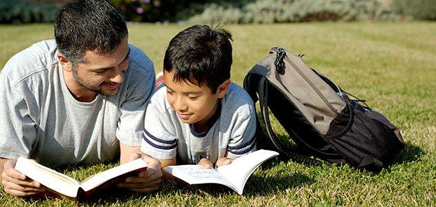 Padre e hijo leen