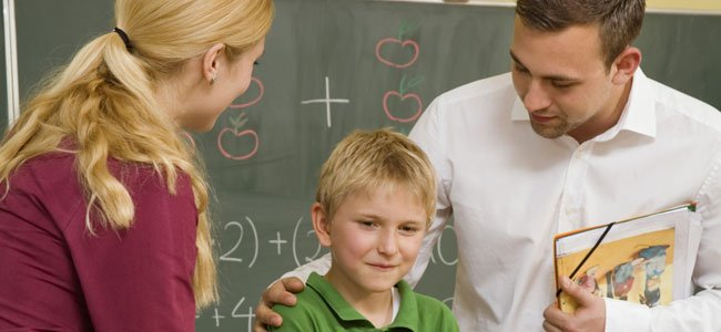 Profesor con adre y alumno