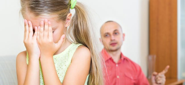 Padre regaña niña
