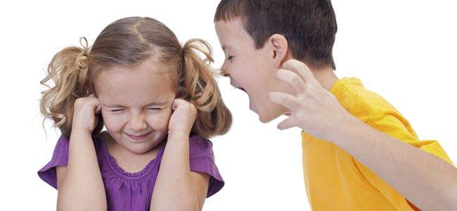 MAdre consuela el hijo acosado
