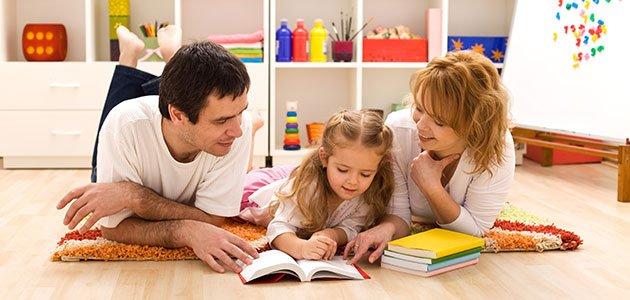 Padres leen con sus hijos