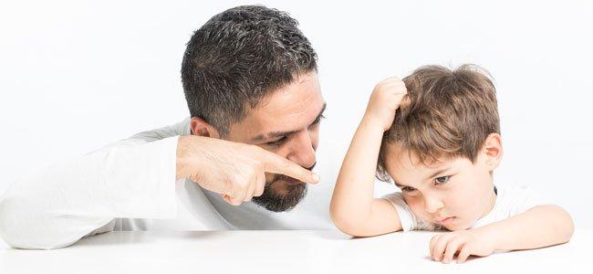 Padres muy autoritarios con sus hijos