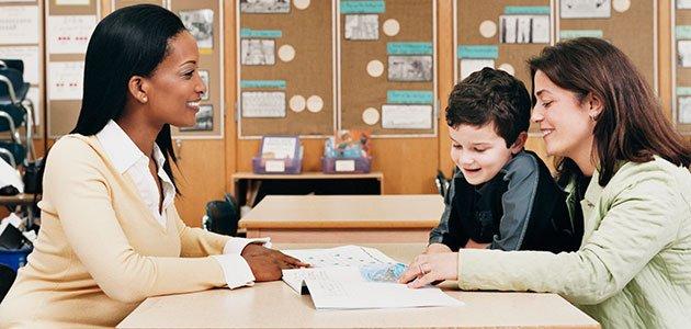 madre con profesora y el hijo