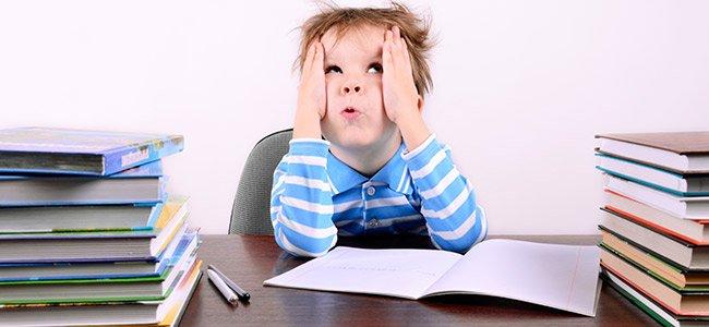 Niña con dificultades para estudiar y aprender