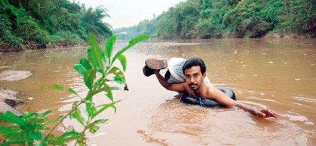 El maestro que cruza un río a diario para dar clase