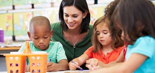 profesora con niños en clase