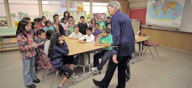 Profesora Reifler con alumnos