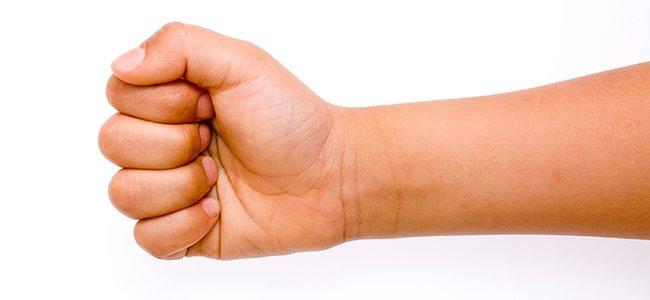 Pulgar sobre un dedo al cerrar el puño