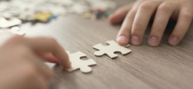 Niño hace puzzle