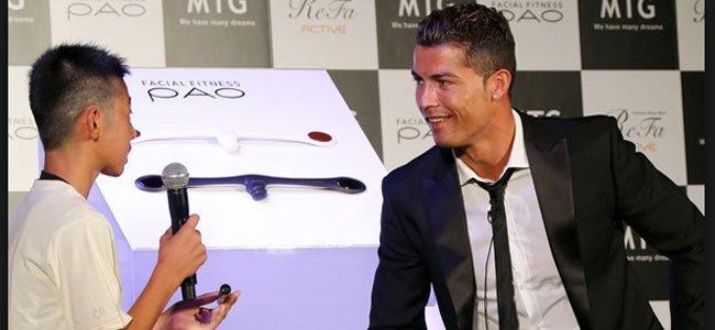 Ronaldo y niño japonés