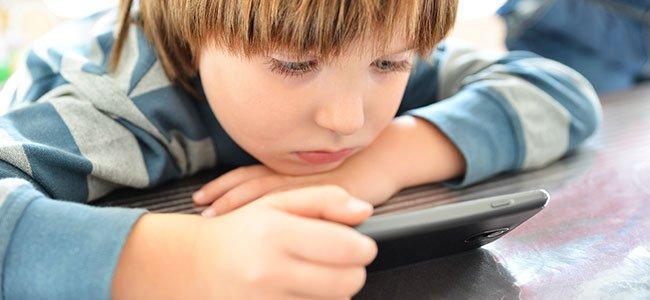 Peligros de utilizar el móvil como niñera