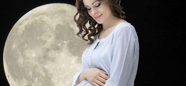 embarazada con luna llena de fondo