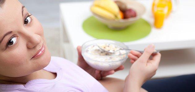 embarazada comiendo cereales