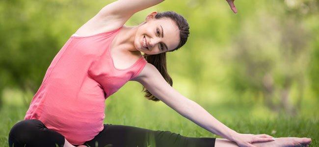 Embarazada hace ejercicio