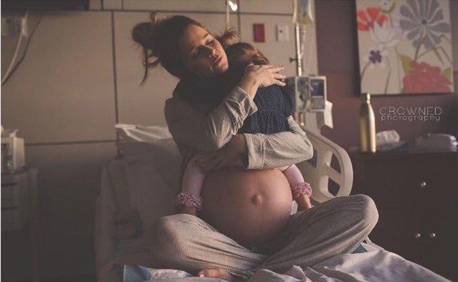 Emotivo momento con su hija mayor antes de dar a luz
