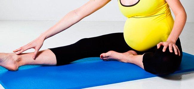 embarazada estirando piernas