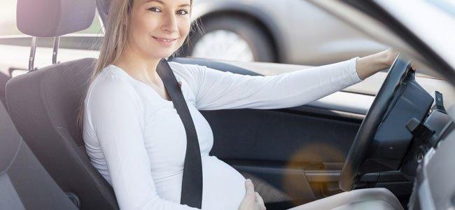 Mujer embarazada puede conducir coche