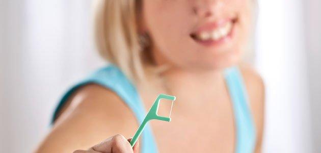 Embarazada con hilo dental