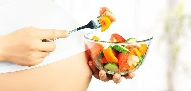 Embarazada come ensalada