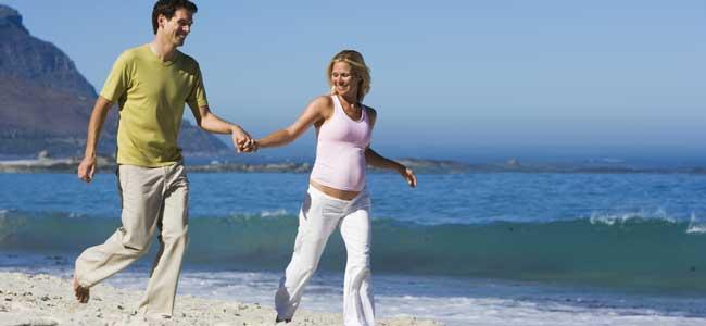 Embarazada con pareja en playa