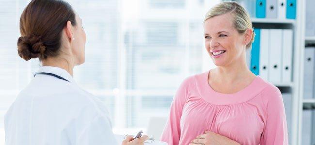 Doctora con embarazada