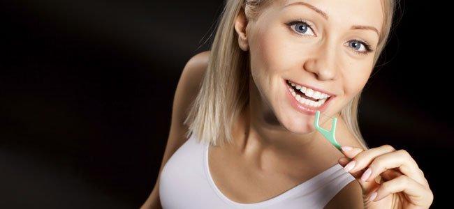 Embarazada limpia dientes