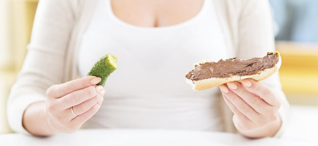 Embarazada come chocolate y pepinillo