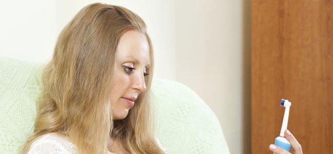 Mujer mira cepillo