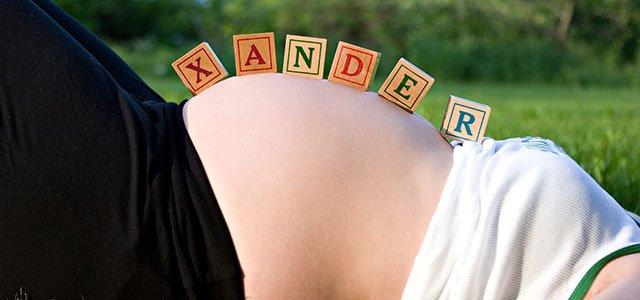Embarazada con nombre en tripa