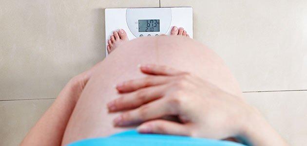 Embarazada se pesa