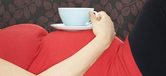 Embarazada con taza