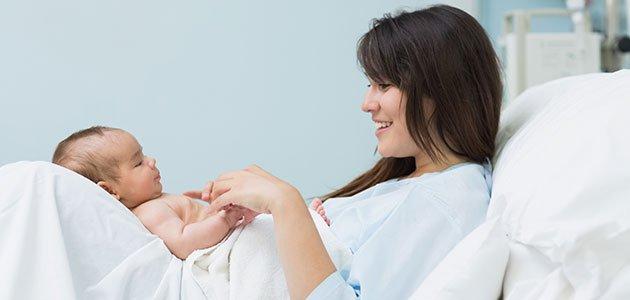 Madre con bebé en el hospital