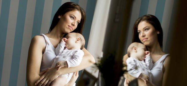 Embarazada se mira en espejo