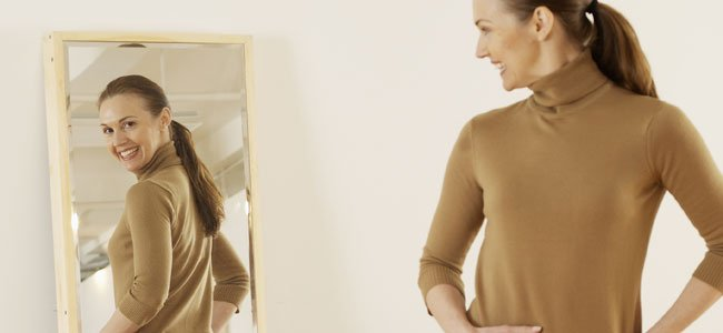mujer se mira en espejo