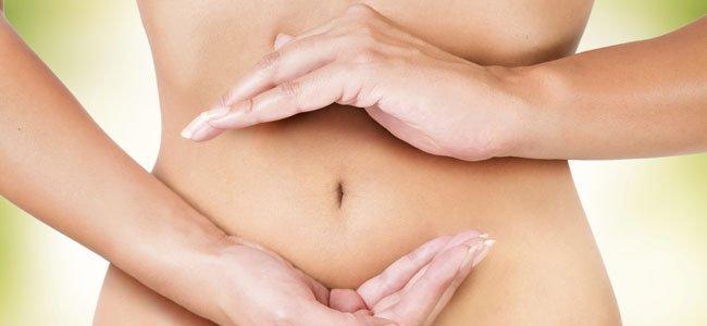 Mujer con las manos en el vientre