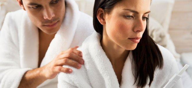Mujer preocupada con prueba embarazo