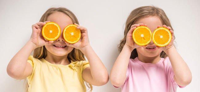 Niñas con naranjas